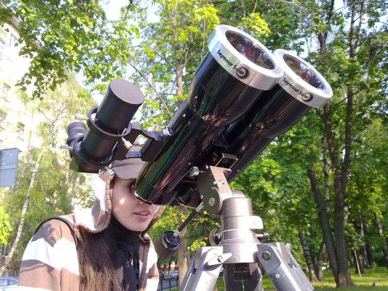 Наблюдения Солнца в бинокль, оснащенный солнечным фильтром.