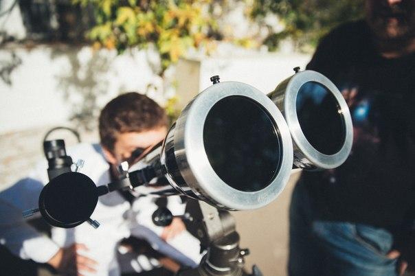 Наблюдение солнца через бинокль оснащенный солнечными фильтрами.