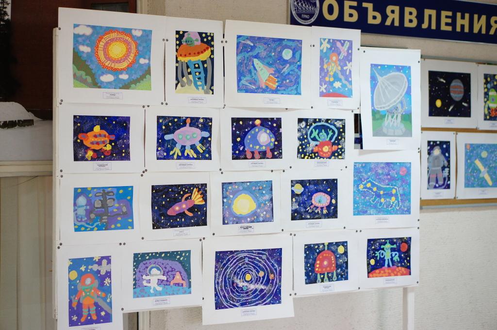 Выставка детских рисунков к 12 апреля