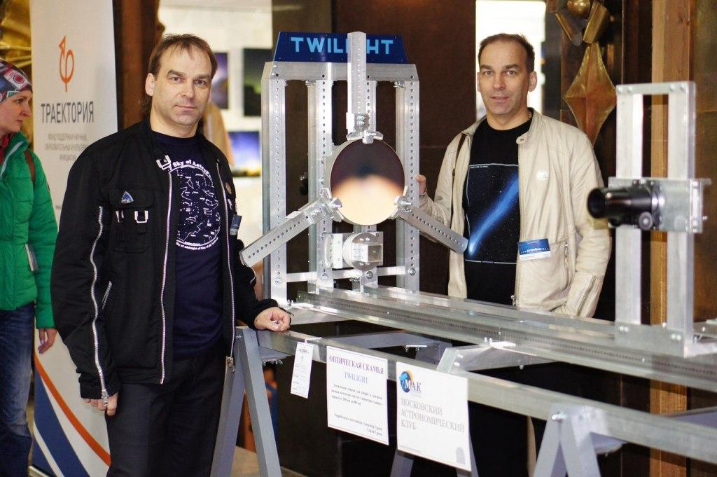 Братья Александр и Сергей Гуреевы с оптической скамьей.