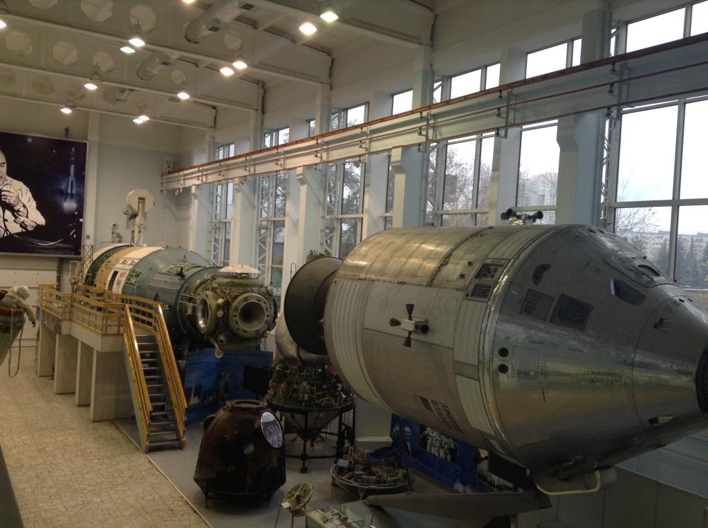 Демонстрационный зал. Макет космической станции МИР и Союз-Апполон