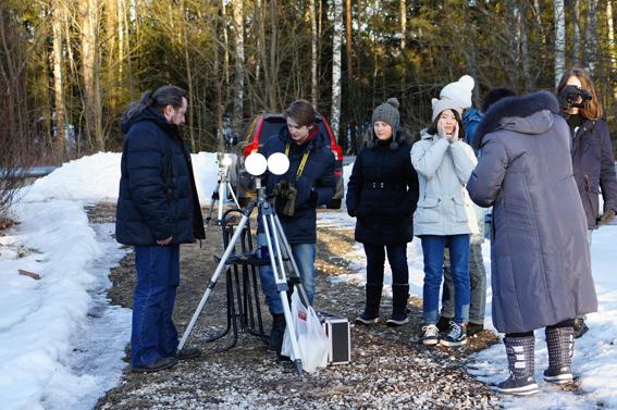 Кружковцы из Дворца пионеров наблюдают заходящее Солнце через бинокуляр Владимира Куйбышева.