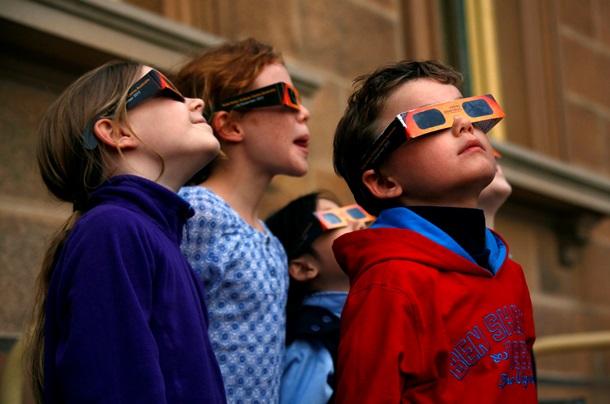 Наблюдение солнце через специальные очки.