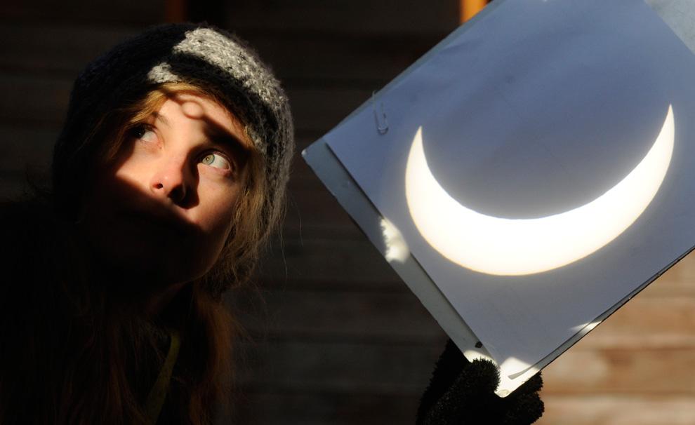 Проекция Солнца через телескоп во время солнечного затмения.